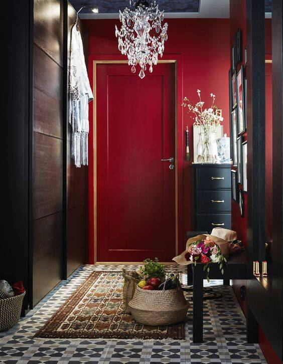 O vermelho é melhor empregado em ambientes de pouca permanência ou de passagem, como os corredores. Foto: Pinterest