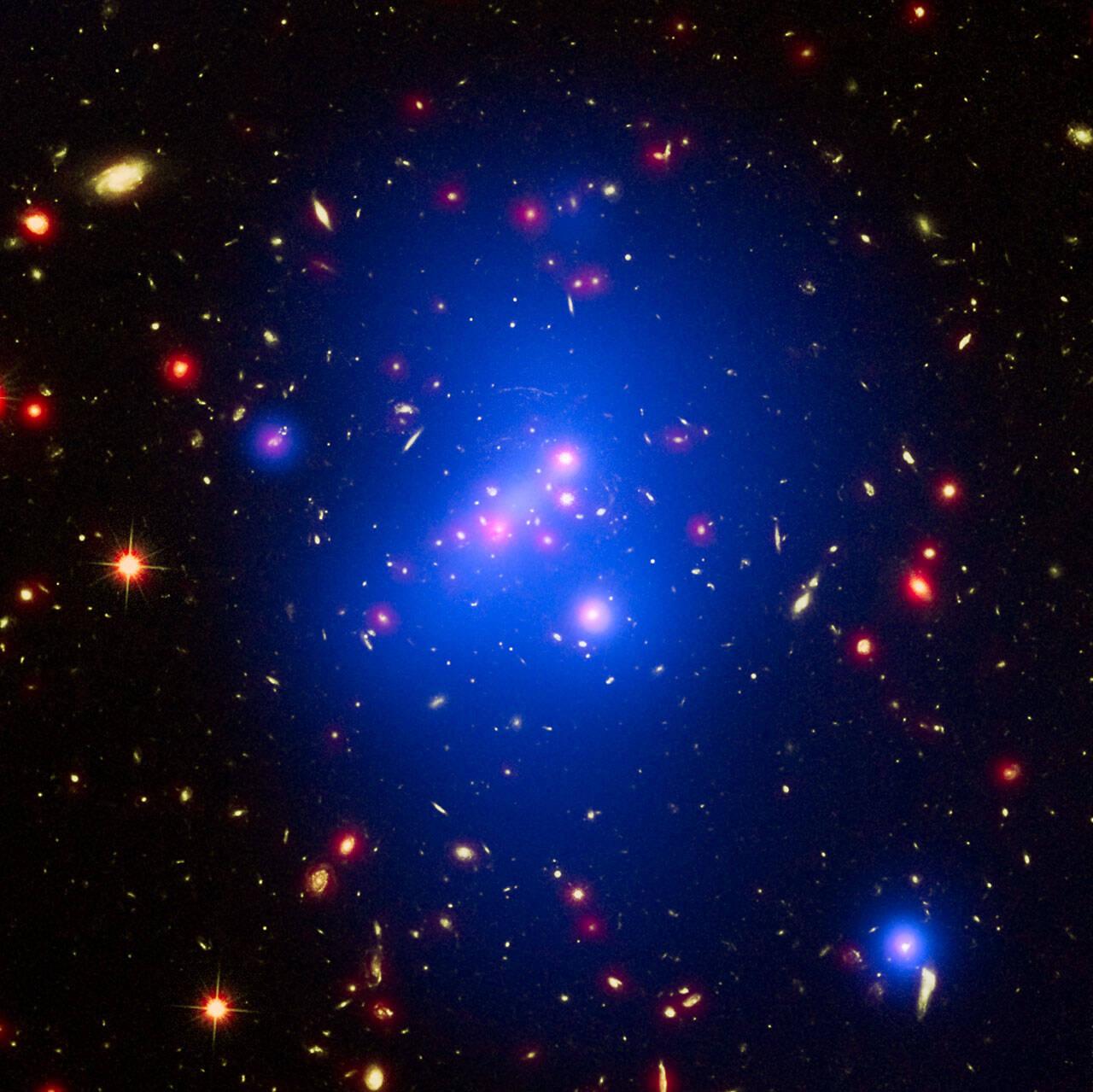 Andrey Kravtsov (Universidade de Chicago) e colaboradores mostraram que as grandes concentrações de matéria escura — onde aglomerados de galáxias se formam — são capazes de formar mais estrelas que o esperado. A descoberta nos força a repensar os modelos de formação de galáxias. Foto: ESA/Hubble