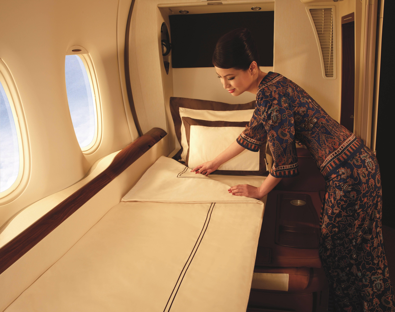 O serviço de bordo na primeira classe da Singapore Airlines cuida de tudo - de servir as refeições até arrumar a suíte. Foto: Divulgação/Singapore Airlines