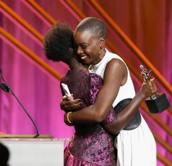 Lindo momento durante a cerimônia do Oscar 2018 no último domingo (04), abraço entre as renomadas atrizes Lupita Nyong'o e Danai Gurira. Foto: Reprodução Instagram
