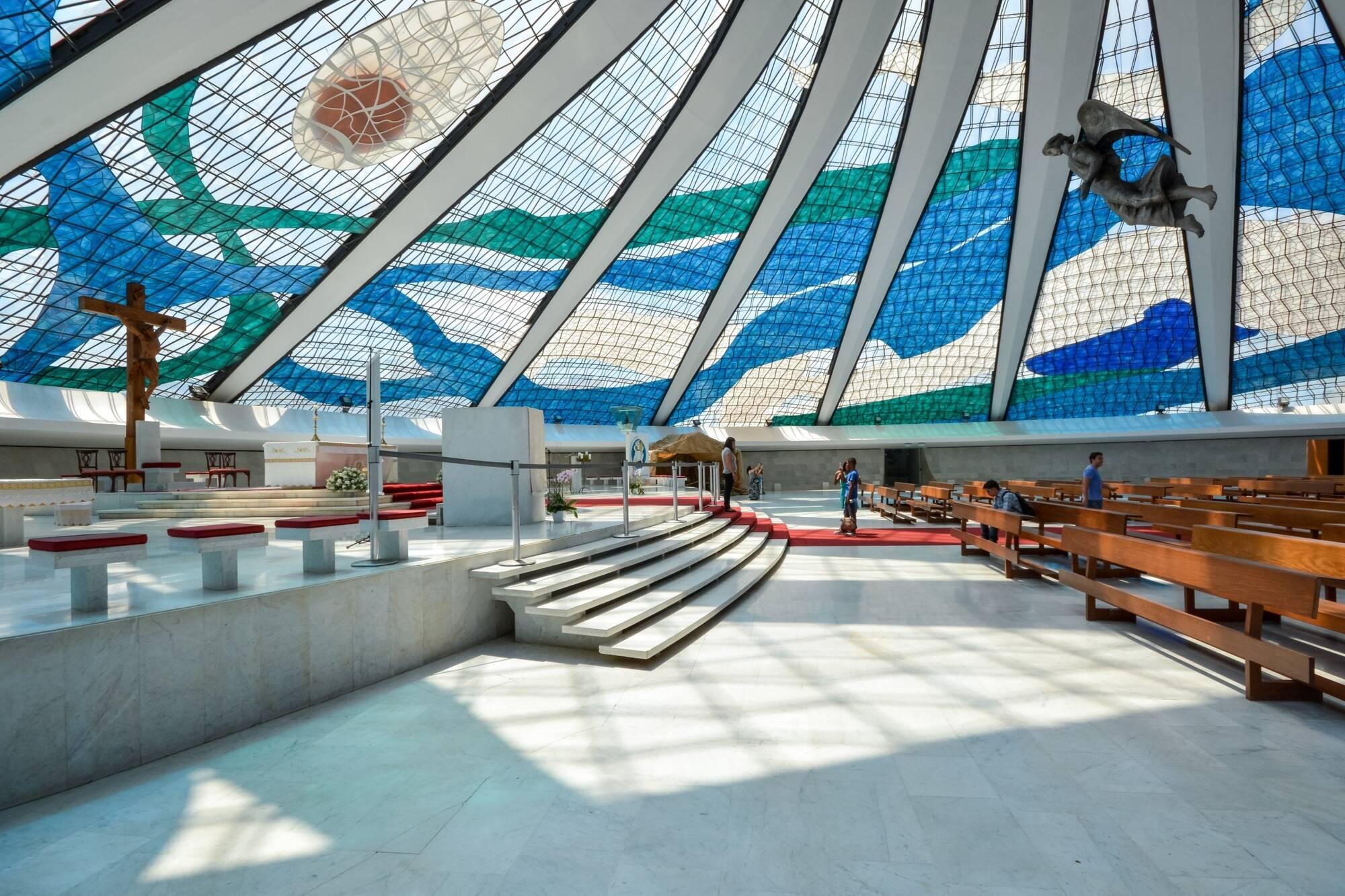 Vitrais panorâmicos de Di Cavalcanti no interior da Capela. Foto: Reprodução/Archdaily