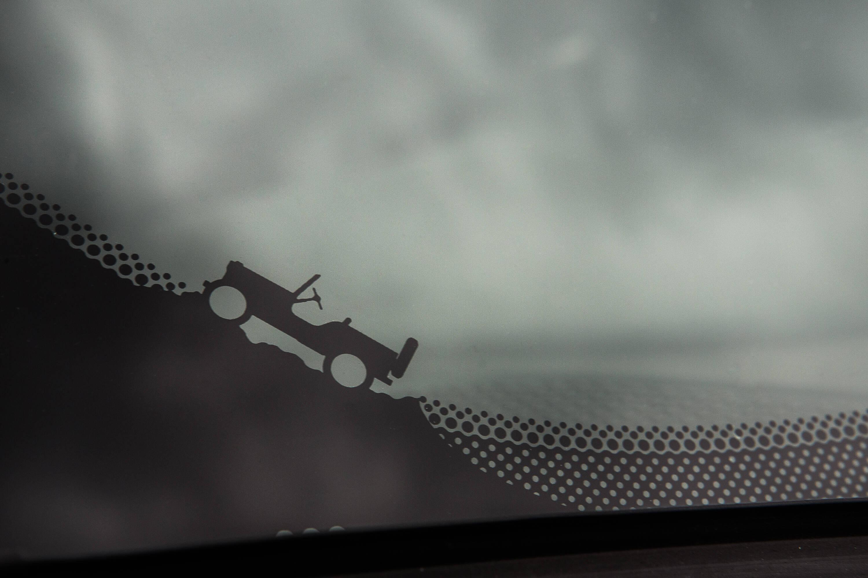O Renegade é cheio de detalhes gráficos como esse desenho estampado no para-brisas dianteiro no canto inferior direito. Foto: Divulgação