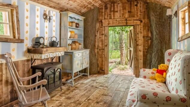 A casa do Ursinho Pooh realmente foi construída dentro de uma árvore e foi projetada por ilustrador que o desenha há três décadas. Foto: Airbnb/Henry Woide