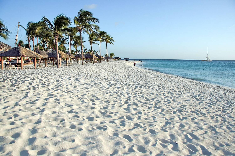 Em Eagle Beach, a areia branquinha e o mar azul se complementam e criam uma paisagem exuberante. Foto: Segue Viagem