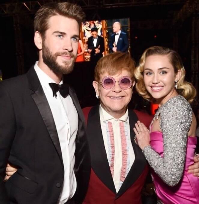 Miley Cyrus também compareceu à festa de Elton John com Liam Hemsworth. Foto: Reprodução