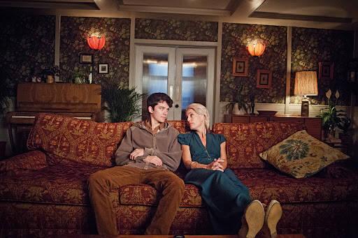 Otis e a mãe no sofá da sala.. Foto: Reprodução/Netflix