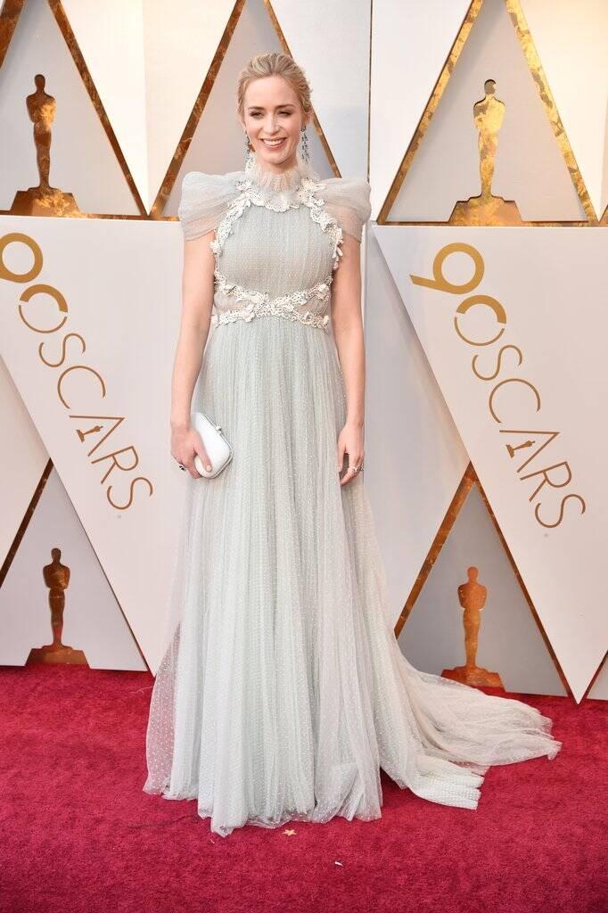 Elsa é você? Não, é só a Emily Blunt mesmo esbanjando beleza no tapete vermelho do Oscar 2018 no último domingo (04). Foto: Kevin Mazur/WireImage
