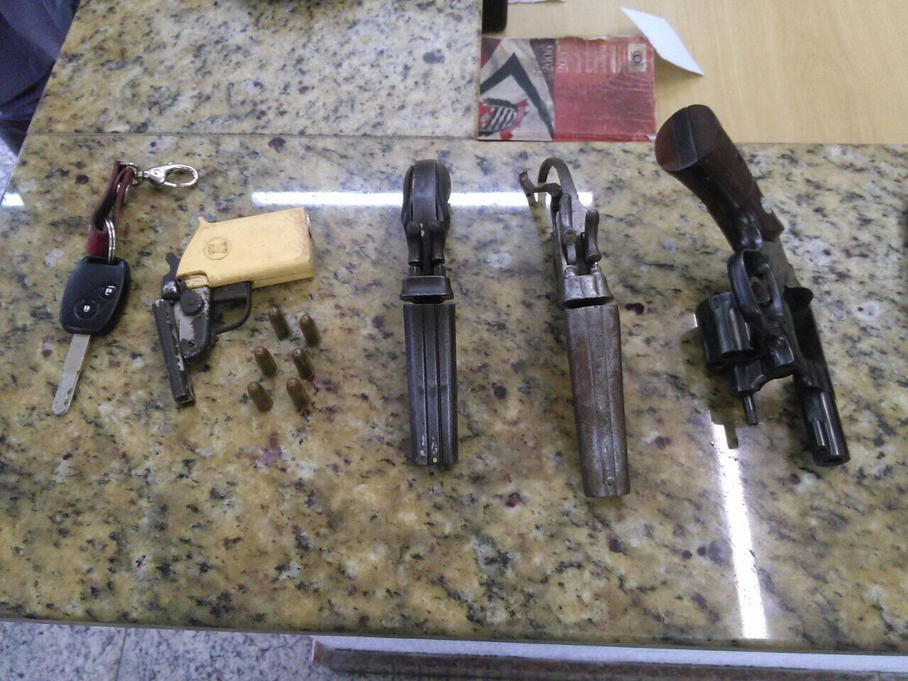 Os suspeitos tentaram fugir da Equipe da ROCAM. Com eles foram encontradas 4 armas de fogo. Foto: Divulgação/Polícia Militar