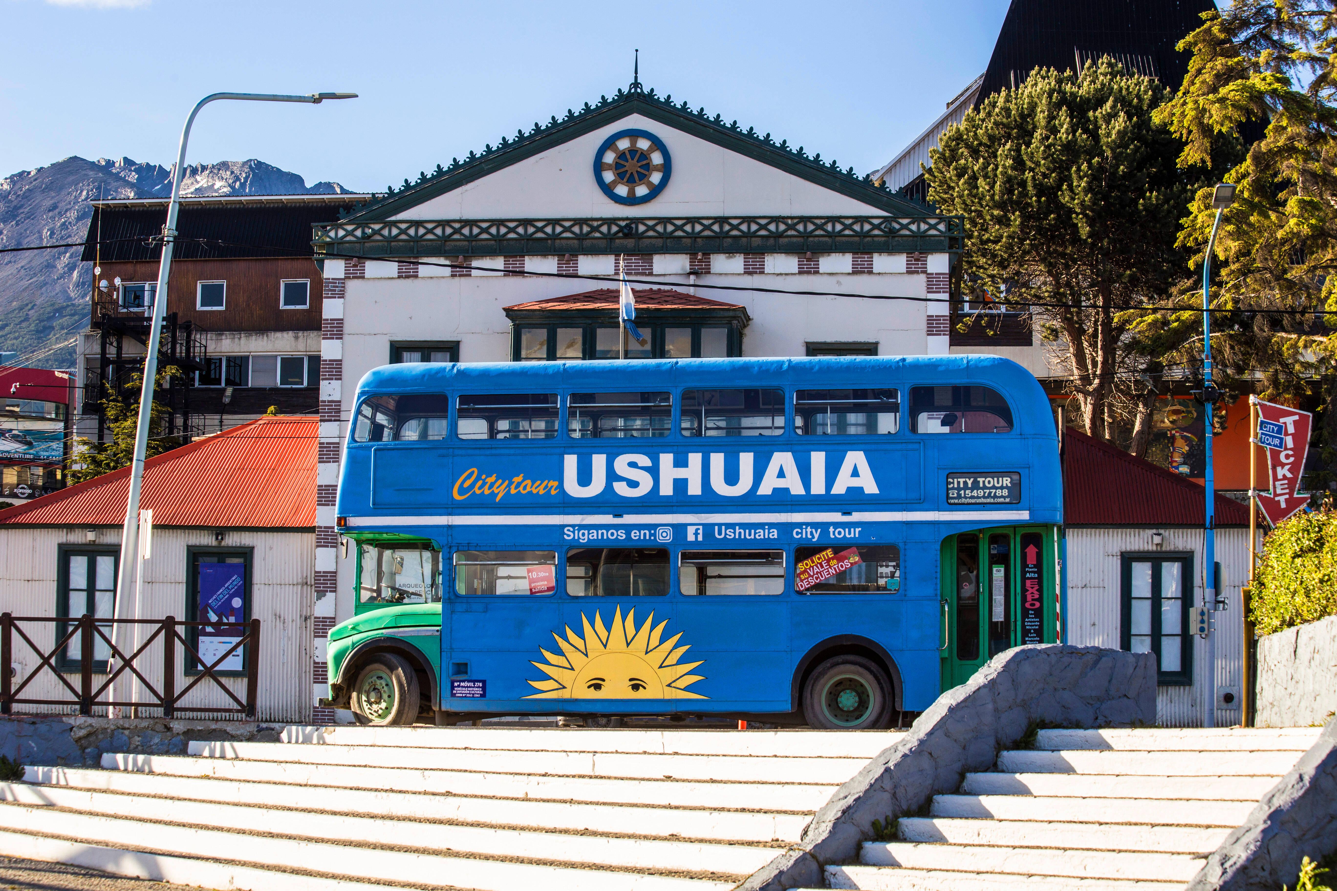 Em um ônibus à moda londrina, você pode fazer um tour pela cidade para conhecer a história de Ushuaia. Foto: shutterstock