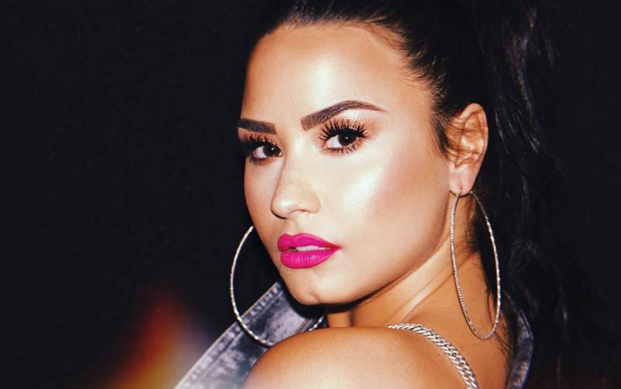 Demi Lovato também é conhecidas por usar sobrancelhas arqueadas e afuniladas de uma forma bem marcada. Foto: Reprodução/Instagram