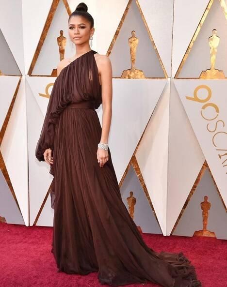 A renomada atriz Zendaya também arrasou durante a cerimônia do Oscar 2018 no último domingo (04). Foto: Reprodução Instagram