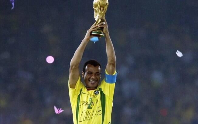 Cafu com a taça da Copa do Mundo de 2002. Foto: Divulgação