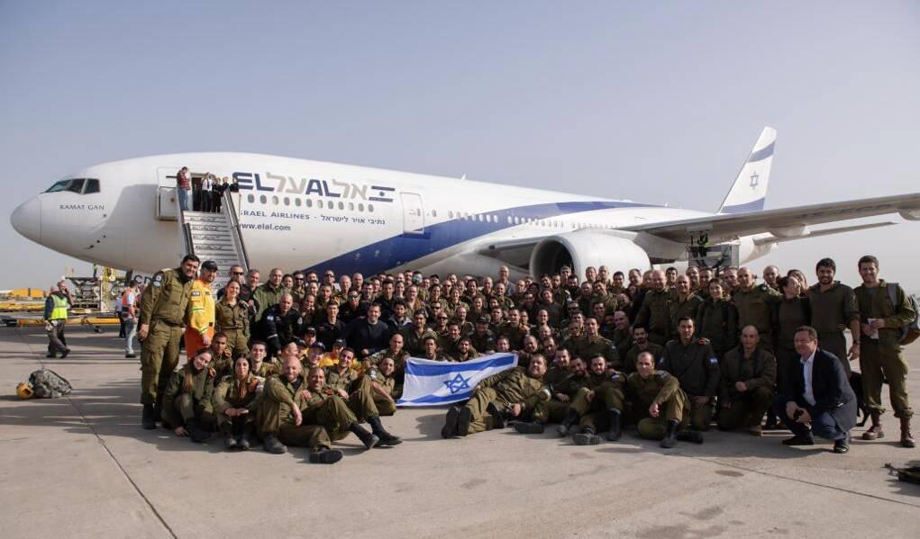 Soldados das Forças de Defesa de Israel posam antes de embarque para o Brasil. Eles vão atuar nas buscas em Brumadinho. Foto: Reprodução/Twitter/Forças de Defesa de Israel