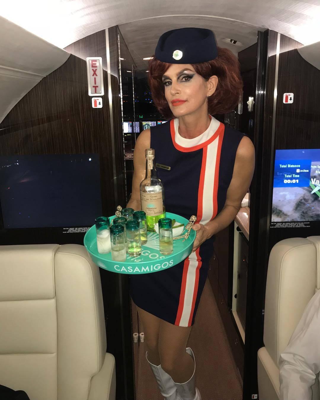 Cindy Crawford aproveitou o Halloween vestida de aeromoça. Foto: Reprodução/Instagram