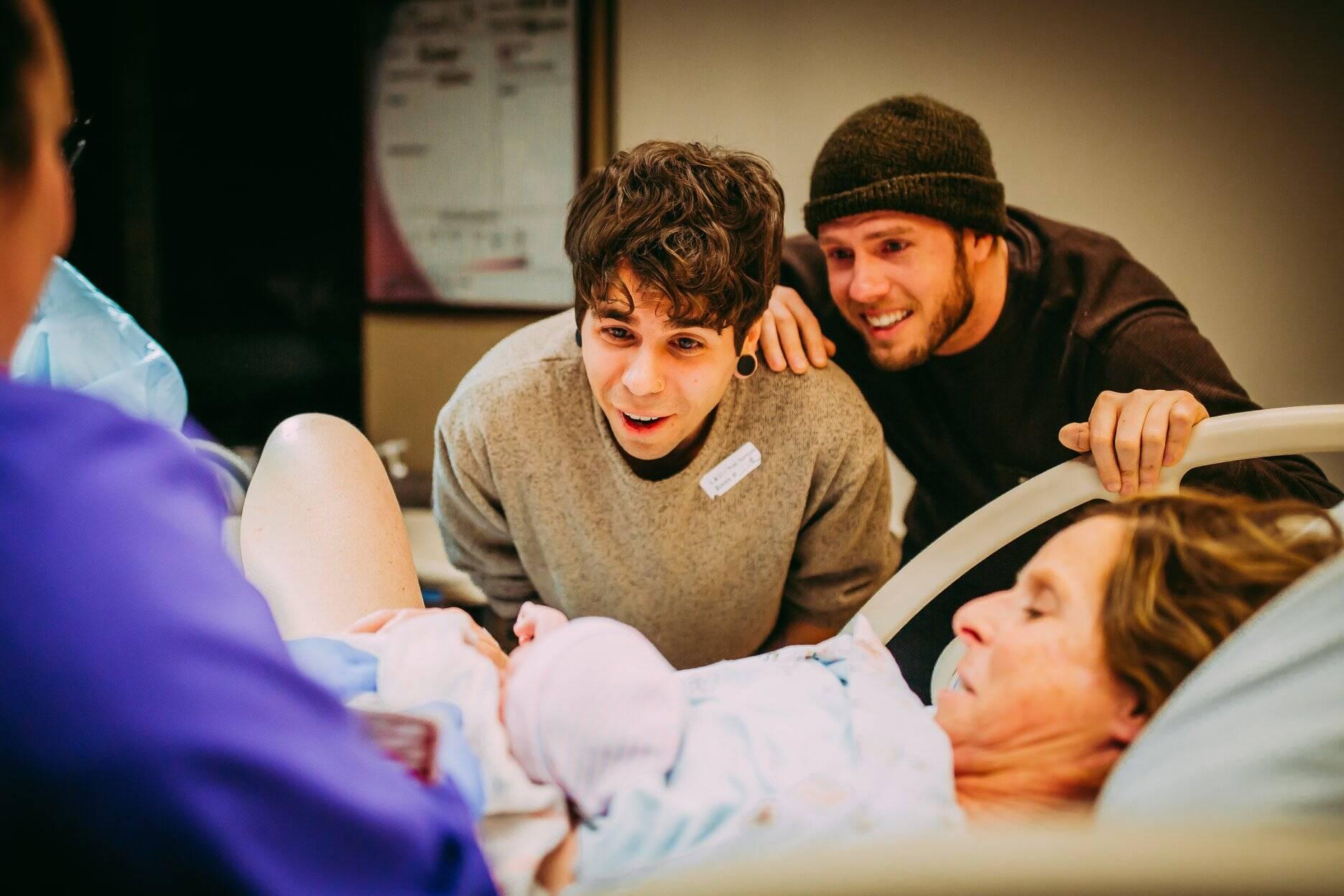Registros do parto de Cecile, que foi barriga de aluguel para seu filho e deu à luz sua neta, a pequena Uma. Foto: Reprodução/Facebook/Ariel Panowicz Creative
