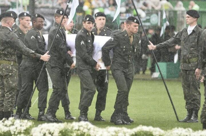 Militares foram os responsáveis por levar os corpos aos seus familiares. Foto: Superesportes/Reprodução