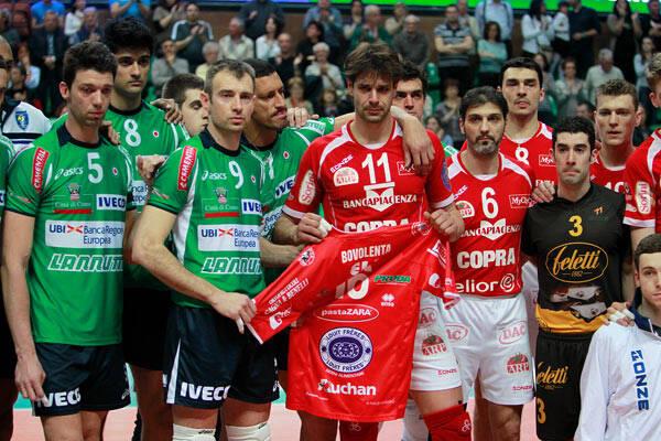 """Leandro Vissotto e parceiros de Cuneo fazem homenagem para """"Bovo"""", como era chamado o central. Foto: Divulgação"""