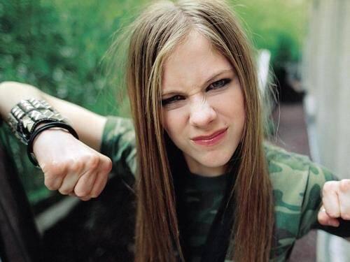 Avril Lavigne ganhou o título de Princesa do Pop-punk e mobilizou milhares de jovens com as canções sobre existencialismo e experiências da juventude. Foto: Reprodução