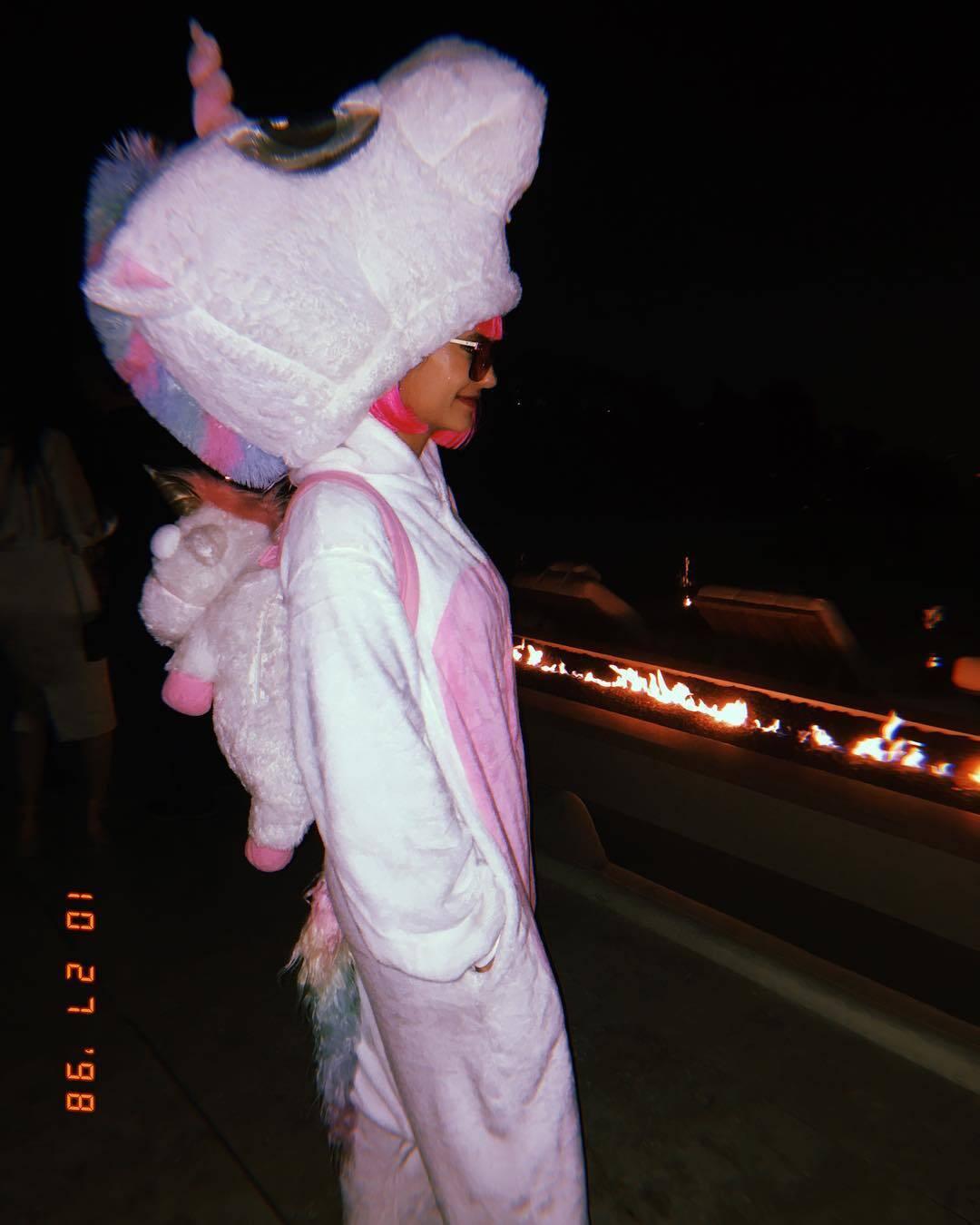 Nina Dobrev colocou seu lado fofo neste Halloween e se fantasiou de unicórnio. Foto: Reprodução/Instagram