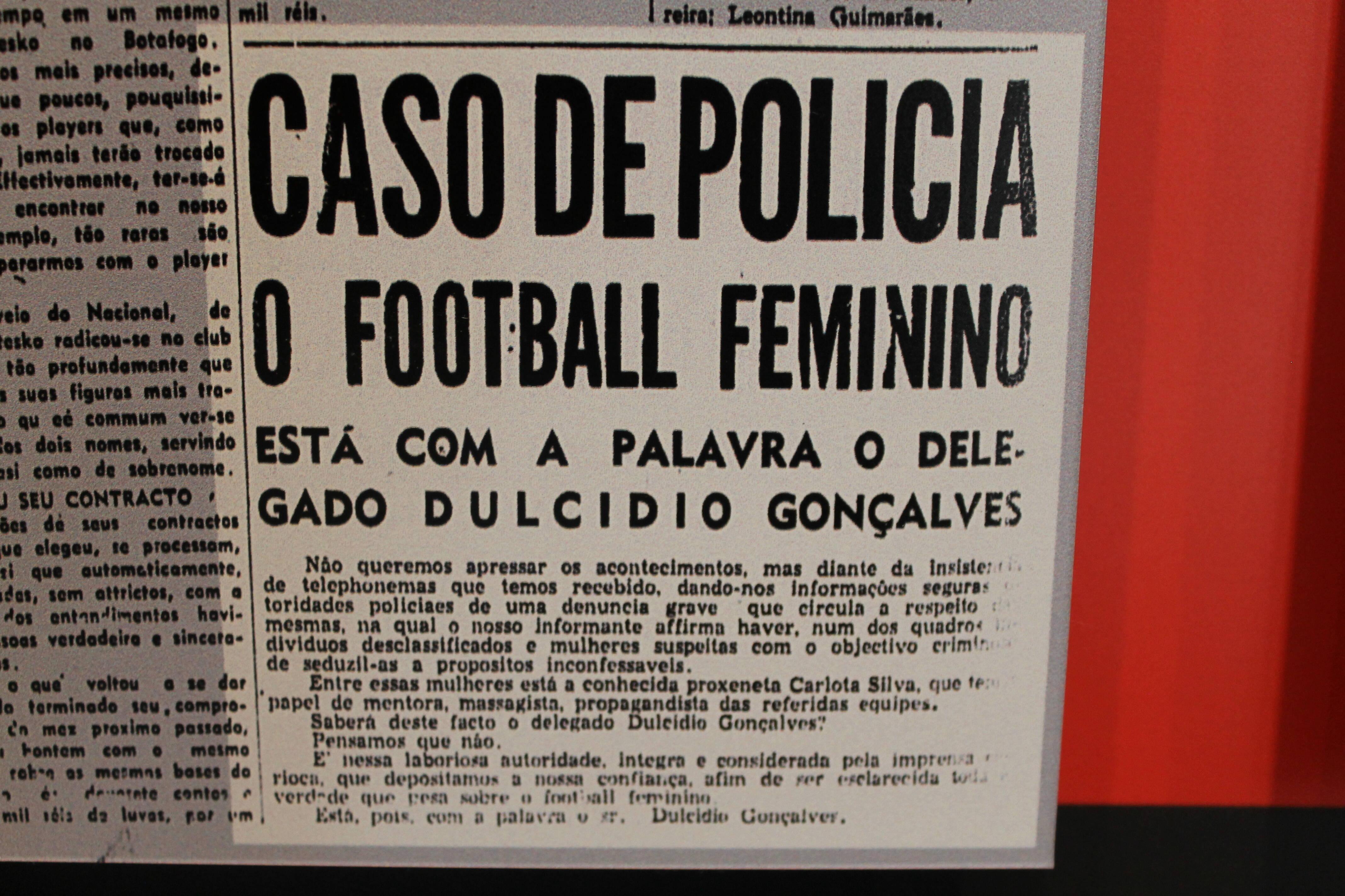 Até a polícia apareceu nas manchetes dos jornais brasileiros para ilustrar que o futebol feminino era proibido. Foto: Flavia Matos/ IG