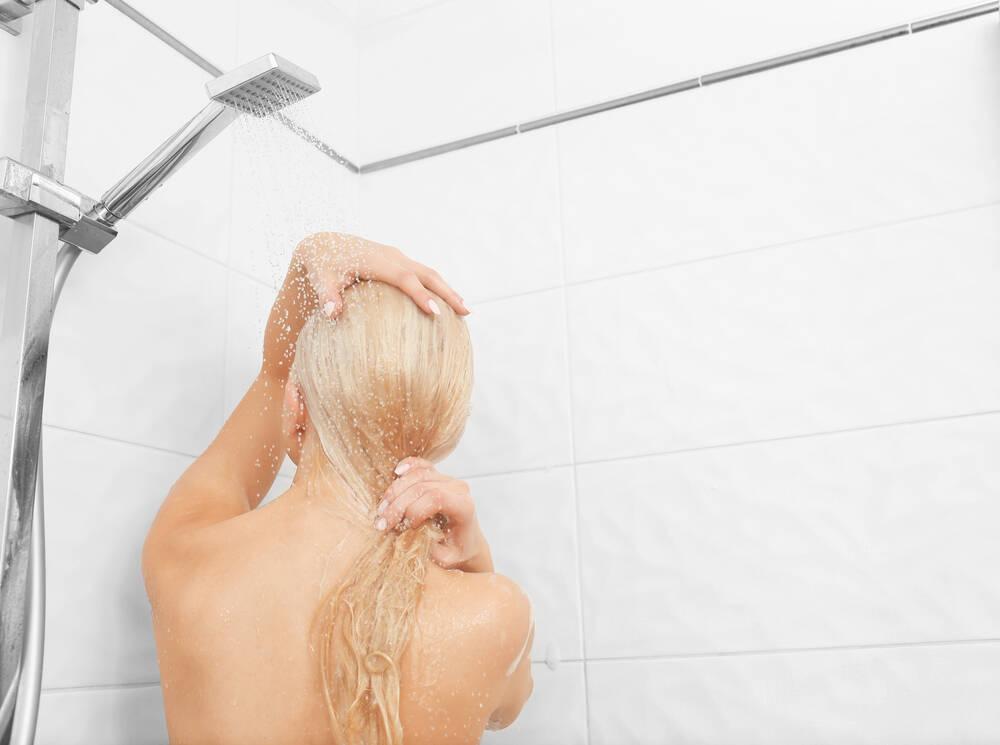 Mulheres com fios loiros podem usar shampoo ou condicionador matizante caso o cabelo fique verde após o momento de descontração . Foto: shutterstock