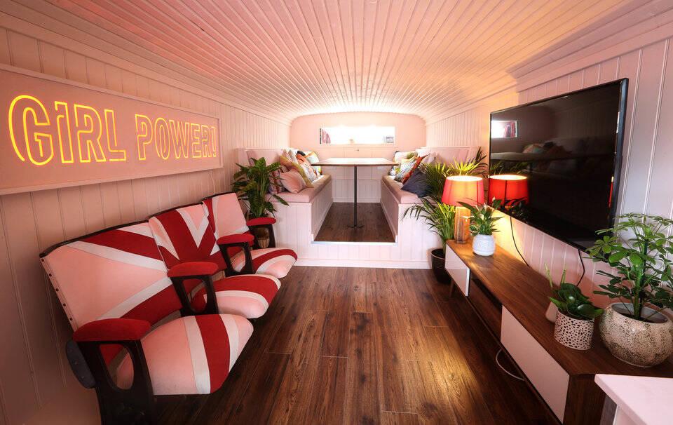 Ao se hospedar no ônibus que era das Spice Girls, o turista pode ouvir vários CDs e assistir a DVDs. Foto: Reprodução/Airbnb