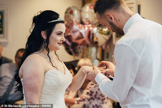 Noiva troca a aliança com o marido. Foto: Divulgação/St Michael's Hospice