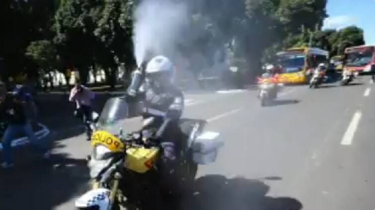 Momento em que um policial joga gás de pimenta em fotojornalista. Foto: Reprodução