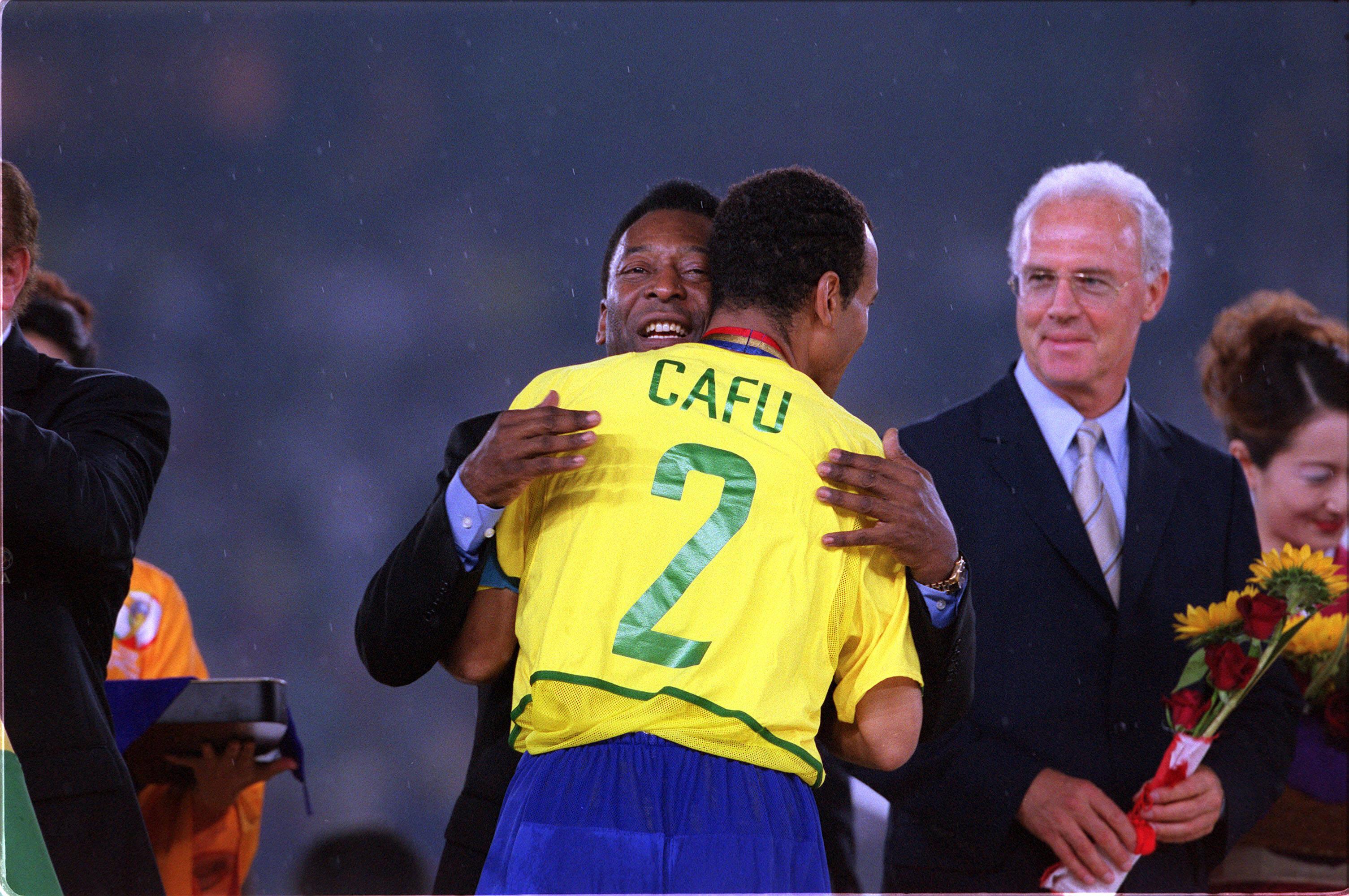 Cafu recebe abraço de Pelé na conquista da Copa do Mundo de 2002. Foto: Getty Images