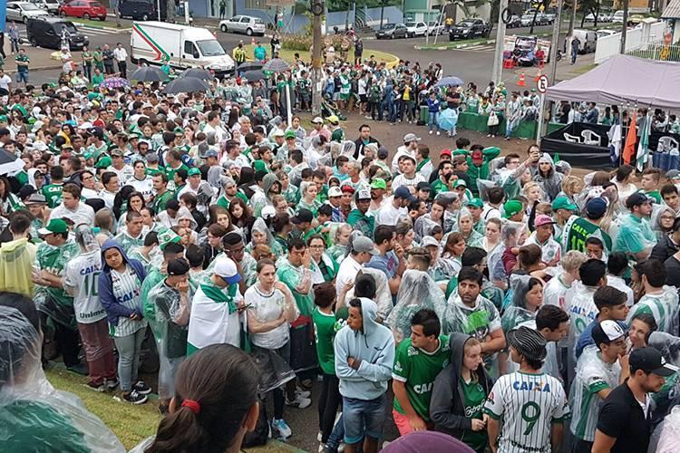 Lado de fora da Arena Condá com bastante gente para acompanhar o velório. Foto: Veja/Reprodução