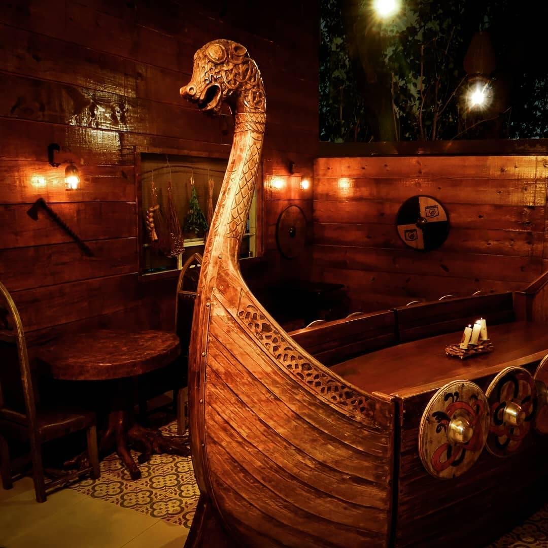 Na casa é possível comer em um barco viking. Foto: Reprodução/Instagram