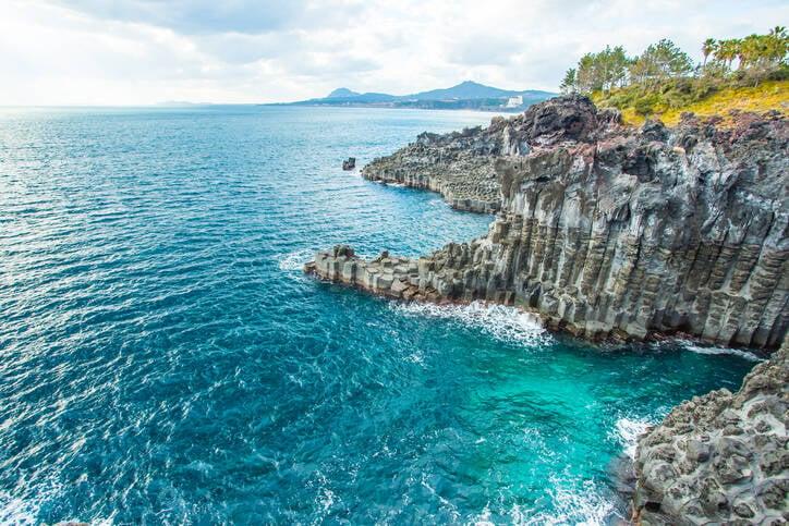 Água turquesa e formações rochosas da ilha encantam visitantes. Foto: Reprodução