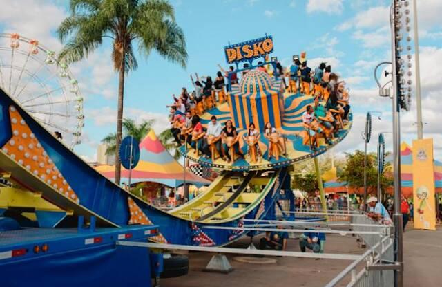 Parque de diversões ao ar livre reúne atrações radicais e para família. Foto: Reprodução