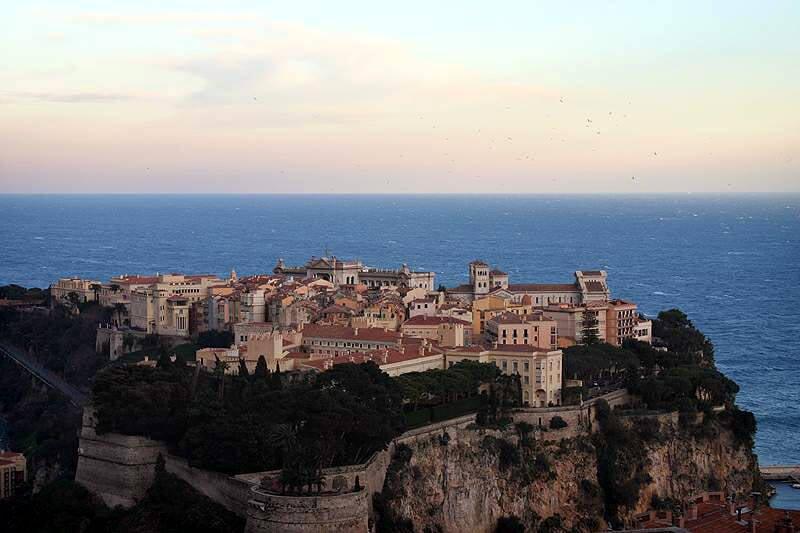 A cidade antiga de Mônaco, Monaco-Ville, está no alto de um rochedo. Foto: Wikipedia