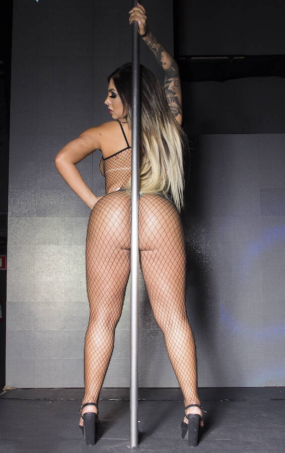 Nat Tanajura em ensaio sensual. Foto: Ricardo Sakai / M2 Mídia