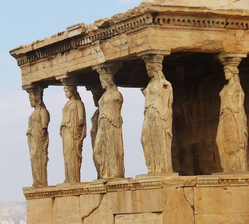 Colunas em forma de corpos de pessoas, simbolizavam deuses e bestas. Foto: Pixabay