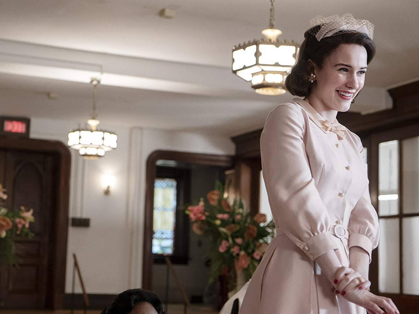 """7 - """"The Marvelous Mrs. Maisel"""": premiada com o Globo de Ouro e o Emmy, a série protagonizada por Rachel Brosnahan foi ainda mais criativa e assertiva no 2º ano. Foto: Divulgação"""