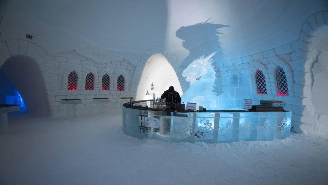 No bar, são servidas bebidas em copos feitos de gelo. Foto: Divulgação/Lapland Hotels