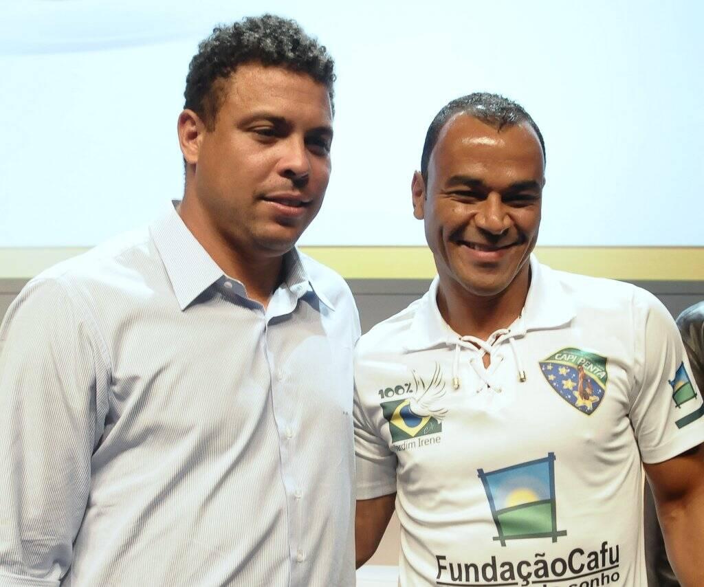 Cafu e Ronaldo. Foto: Francisco Cepeda/AgNews