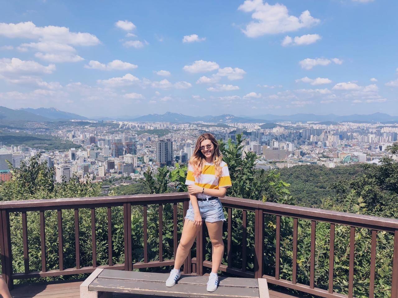 Thayná resolveu fazer um intercâmbio na Coreia do Sul por ser fã do grupo BTS. Foto: Arquivo pessoal/Thayná Camargo