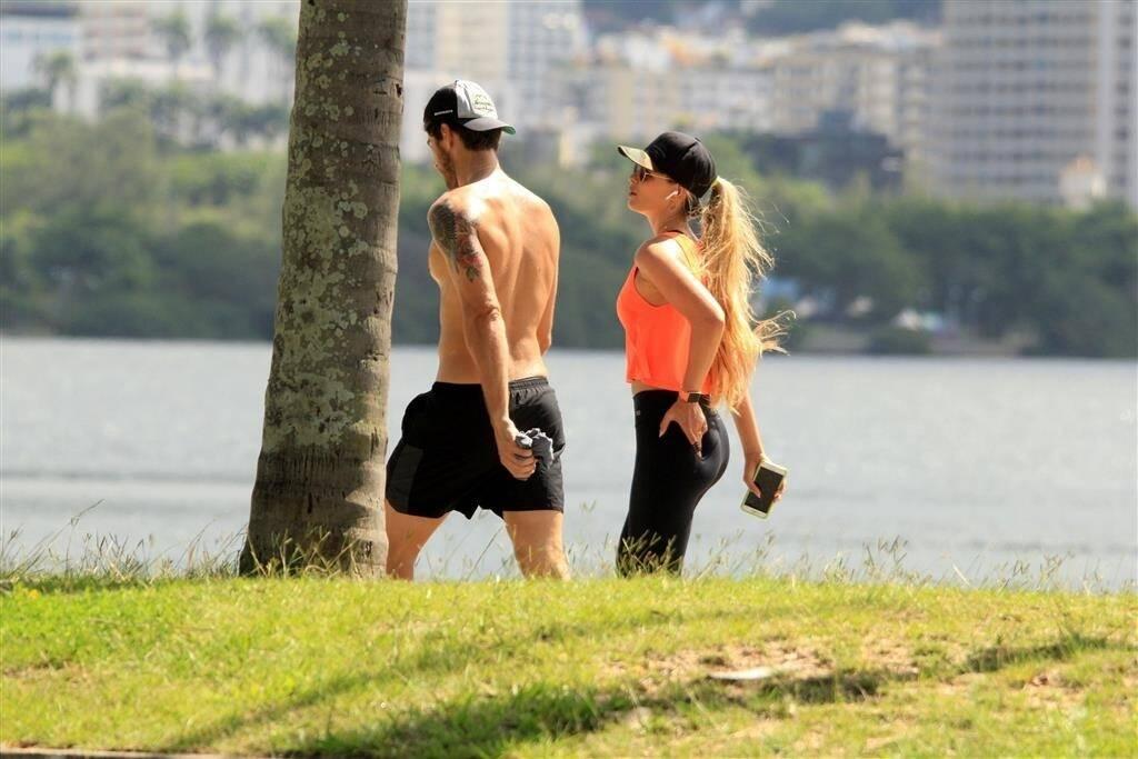 Yasmin Brunet caminha com marido no Rio de Janeiro. Foto: JC Pereira/AgNews