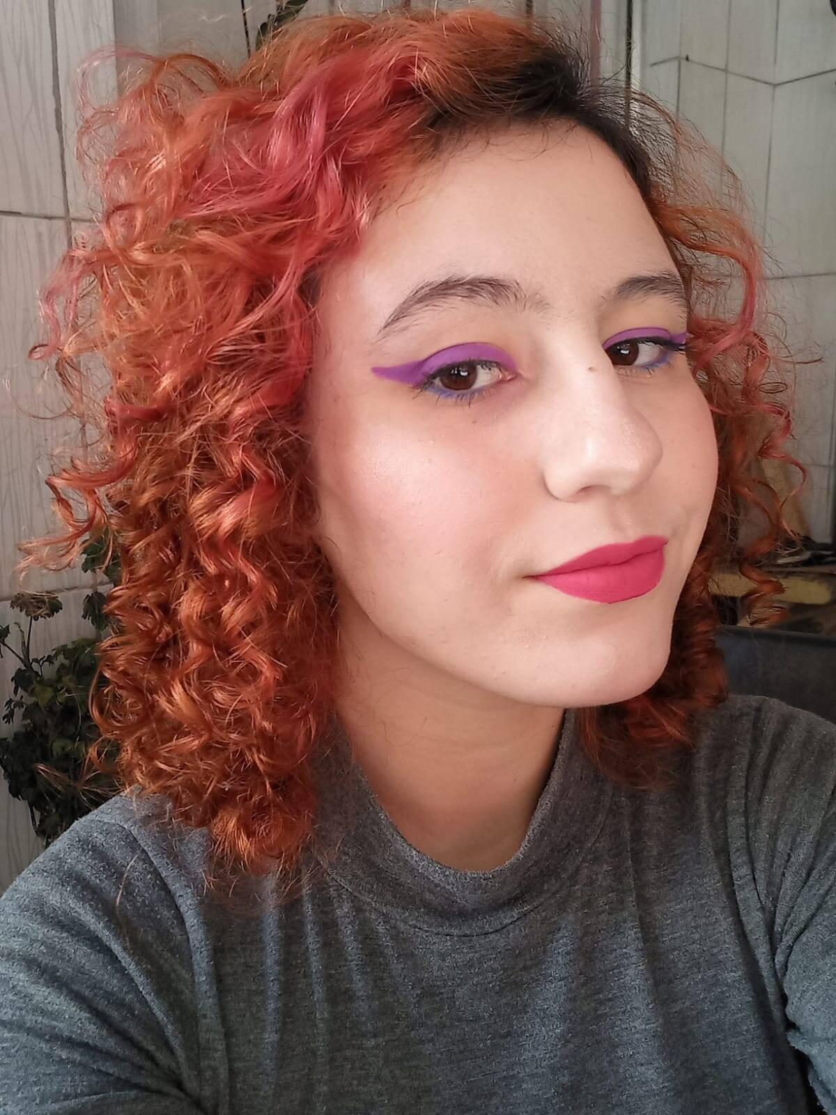 A repórter Camila Cetrone com produtos da Frederika Make: lápis roxo e azul; blush e iluminador compacto e batom matte. Foto: Acervo pessoal