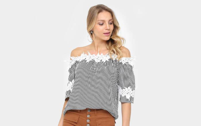 Blusa Lily Fashion Ombro a Ombro Listrada Feminina por R$79,90 na promoção. Foto: Divulgação