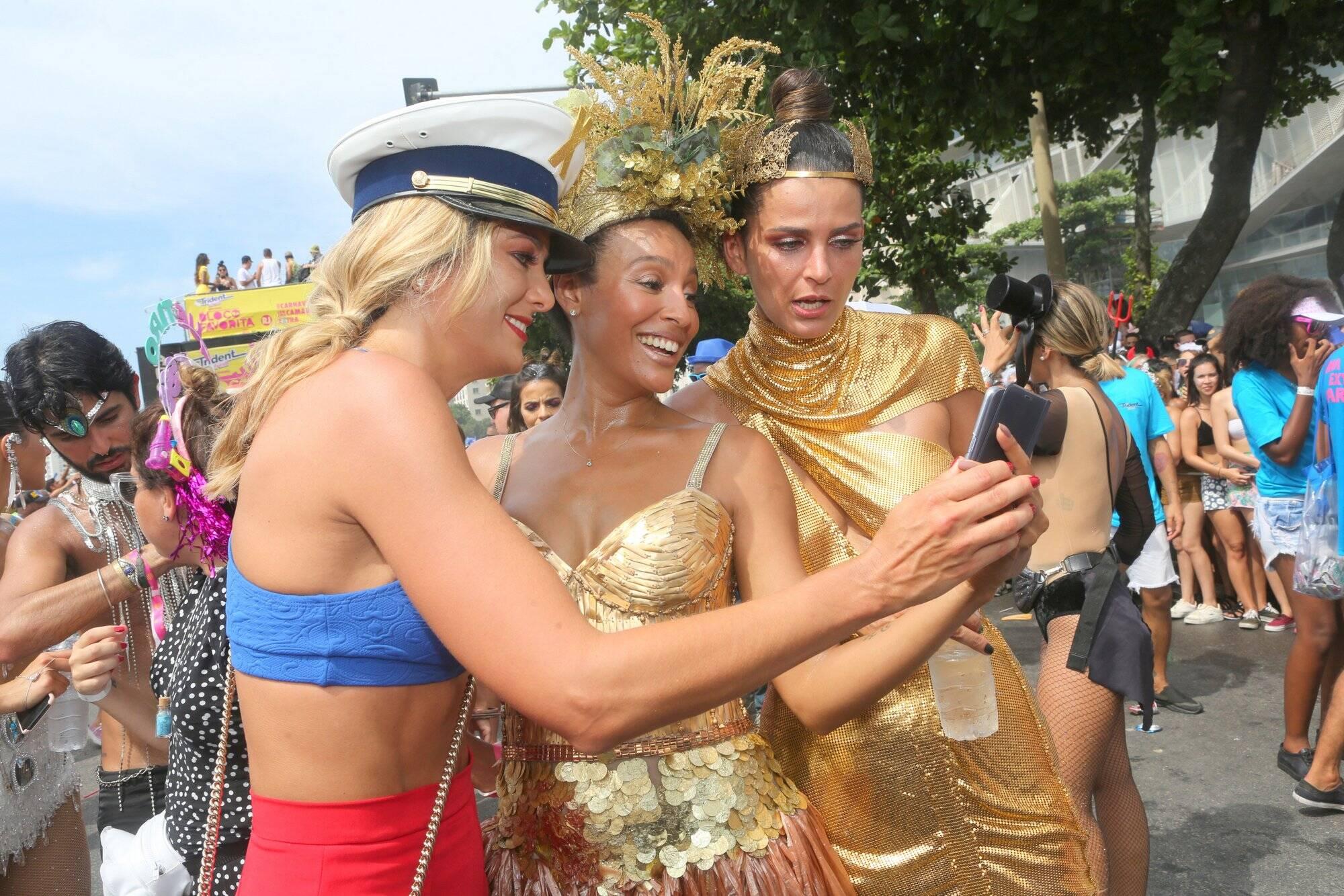 Aquela pausa para checar se a foto saiu boa durante desfile do Bloco da Favorita neste sábado, no Rio de Janeiro. Foto: RT Fotografia/Brazil News/CS Eventos