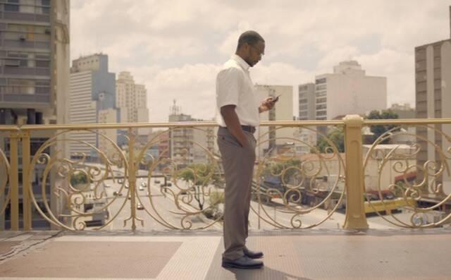 """A quinta temporada de """"Black Mirror"""", que estreou na quarta (05), na Netflix, veio com uma novidade especial para os fãs brasileiros, principalmente os paulistanos. Isso porque o episódio """"Striking Vipers"""" veio recheado de cenas gravadas na capital paulista. Foto: REPRODUÇÃO/ NETFLIX"""