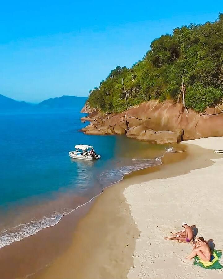 A ilha reúne belíssimas vistas, areia fofa e um mar bem verdinho. Foto: Instagram/@goabilio