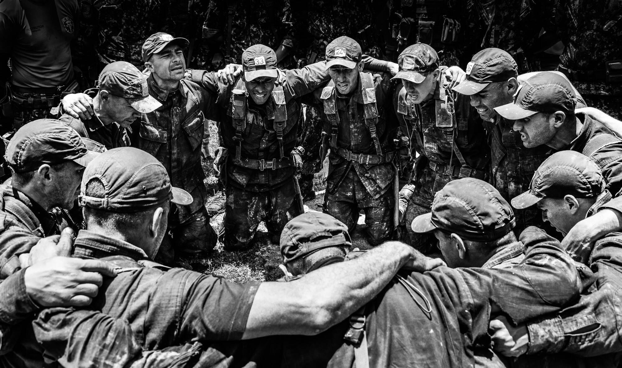 Grupo de PMs que conseguiu se formar no curso do COE e passam a ostentar o brasão do Batalhão: a caveira perfurada por um punhal. Foto: Major PM Luis Augusto Pacheco Ambar