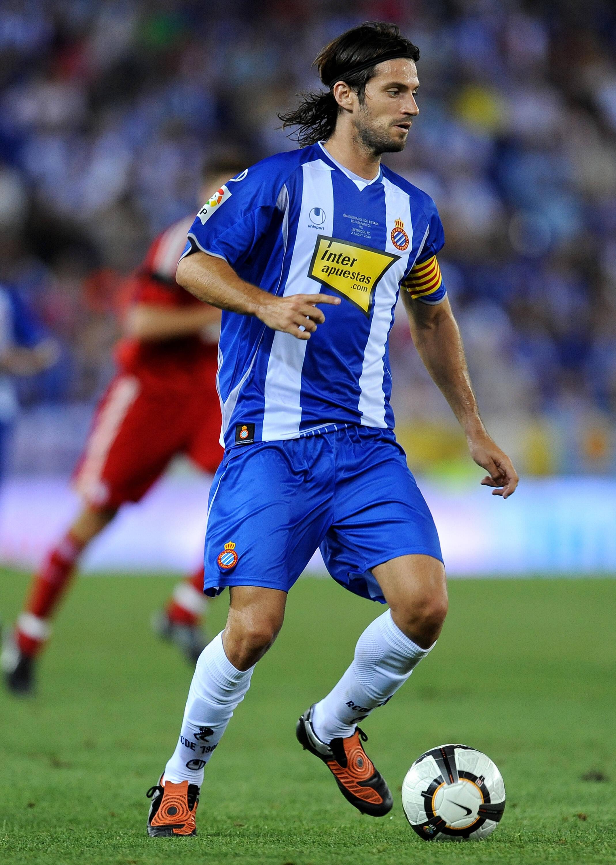 Dani Jarque defendia o Espanyol em 2009 quando teve parada cardíaca na concentração. Iniesta o homenageou após marcar o gol na final da Copa 2010. Foto: Getty Images