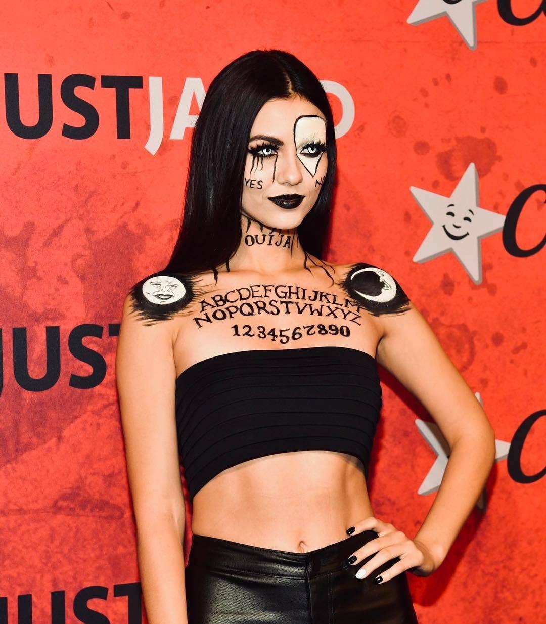 Victoria Justice apostou em um look obscuro de Tabuleiro Ouija. Foto: Reprodução/Instagram