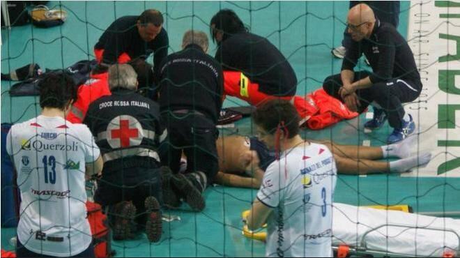 Bovolenta foi atendido imediatamente na quadra e depois levado para o hospital. Foto: Quotidiano.net